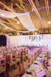 Pajtalagzi rusztikus esküvői dekoráció fényfüzérrel- MISS LULLI Decor