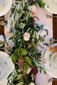 Asztali élővirágdekoráció olajág futóval és pasztell virágokkal- MISS LULLI Decor
