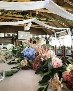 Főasztal virágdekor pajtalagzi fényfüzér zamárdi-MISS LULLI Decor