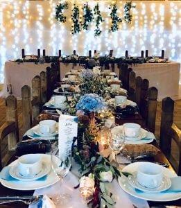 Rusztikus vendégasztal fényfüzérrel- MISS LULLI Decor