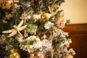 Havas karácsonyfa csillogó pezsgő színű díszekkel- MISS LULLI Decor