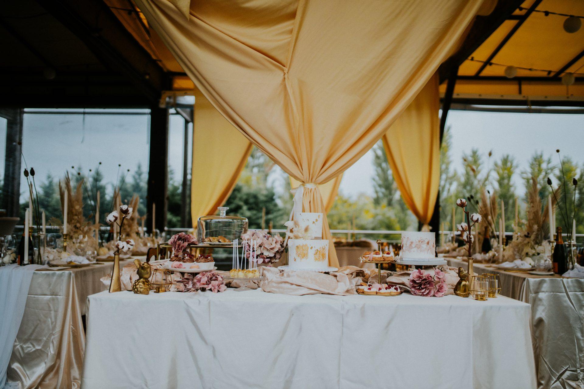 Letisztult elegáns esküvői dekoráció, helyszín Continental Citygolf Club
